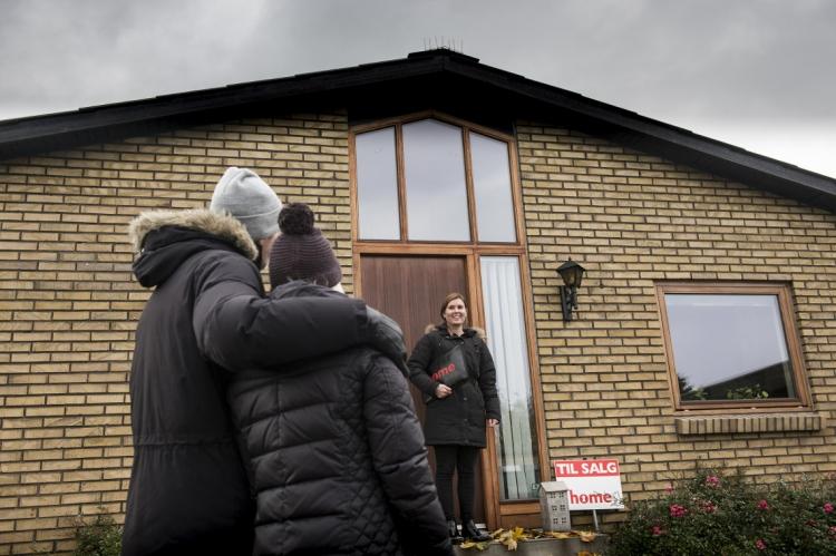Kvinder holder sig tilbage med boligkøbsplaner